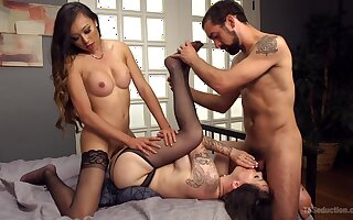 Strong anal and oral seduction with a shemale