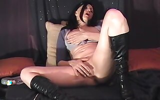 Amateur solo performance of a brunette older lady and a dildo