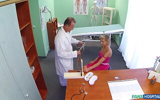 Amateur blonde spreads her legs to loathe fucked by the fake doctor