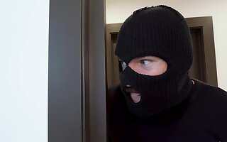 Robber walks into this MILF's dwelling and ends apropos ramming her cunt