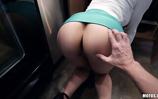 Sexy curvy housewife Lexi Luna is in perpetuity ready for doggy in the kitchen